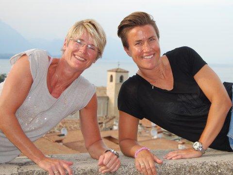 Marianne Langslet (t.v) og Marianne Hedum Bakken har vært gift i snart ti år. De mener kirken sender et viktig signal til folket når de nå tillater homofile par å gifte seg i kirken.