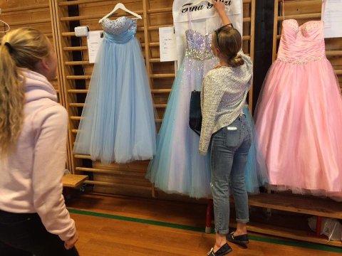 - Dette er altså en mulighet til å komme unna litt billigere dersom man skal på 10. klasseball eller få igjen litt penger for kjolen som ble kjøpt i fjor, forfjor eller tidligere. Dette er også et bra tiltak i forhold til gjenbruk, sier Mette Enger ved FAU på Haugsbygd ungdomsskole.