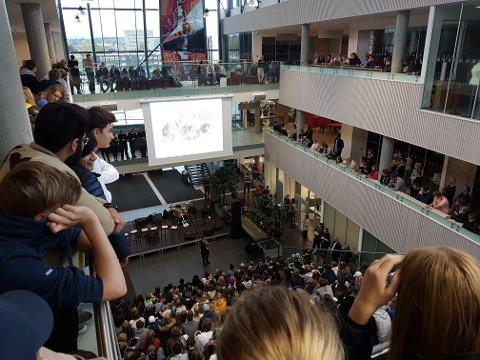 Kickoff: Interesserte elever ved Hønefoss videregående skole følger med.