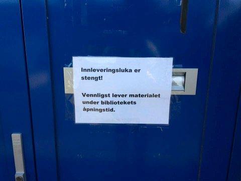 Noen har puttet sneiper i innleveringsluka på Jevnaker folkebibliotek. Derfor er den stengt.