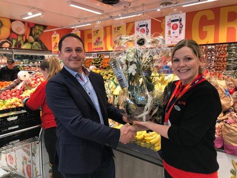 AKAs driftsansvarlig, Odd Ivar Sæta, gratulerer butikksjef Cecilie Sande med åpningen av Coop Extra Dale.