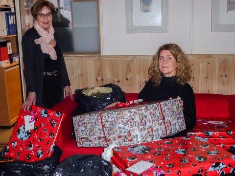 En god gjerning: Frivilligsentralene samler inn julegaver til fattige barn. Her er Liv Beate Rolid Hagen fra Ringerike Frivilligsentral (til venstre) og Aashild Lad fra barnevernet med noen av gavene som er blitt gitt tidligere.