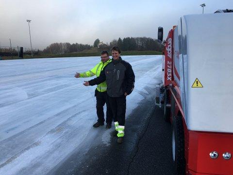 MASKIN: Denne maskinen sørger for topp kvalitet på isen, sier Steinar Øiom (til høyre) og Stig Larsen i Jevnaker kommune.