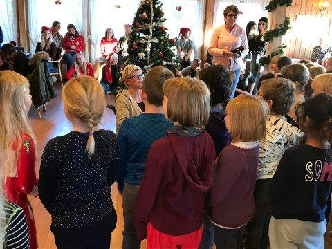 Barn fra Veien skole og transittmotaket på Hvalsmoen feiret juletrefest sammen.