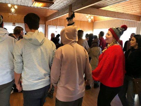 Både barn og ungdom var med på flerkulturell juletrefest.