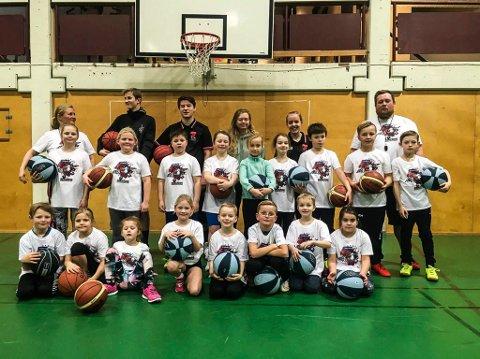 POPULÆR SKOLE: Interessen for den årlige basketskolen i romjulen var som vanlig stor. Hønefoss Basketballklubb har arrangert basketskole Her poserer de yngste deltakerne sammen med instruktører.