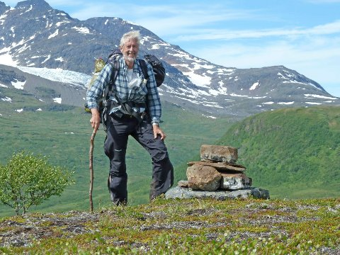 RAUS: Bjørn Geirr Harsson liker å gå i fjellet, og han mener at Norge kan være så raus at vi gir en fjelltopp til Finland. Bildet er tatt under Norge på langs, nord i Nordland.