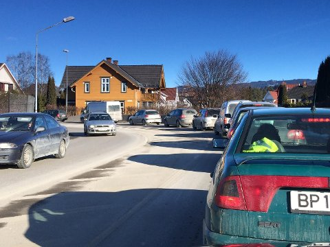 Køen i Kongens gate blir ofte lang. Etter hvert skal luftkvaliteten i Hønefoss sentrum måles, men det tar fortsatt litt tid.