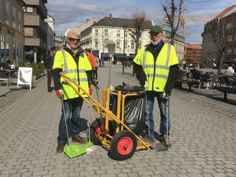 Rydder: Kjersti Surland-Hansen og Torgeir Kroken synes det var mye søppel i gatene på sin første dag på miljøpatrulje.