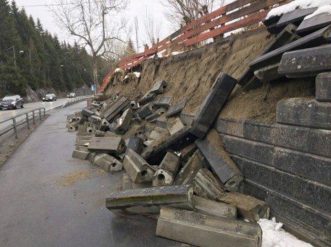 Denne støttemuren raste ut i Sollihøgda fredag ettermiddag. Steinene raste ned på gang- og sykkelveien. Heldigvis ble ingen skadet.