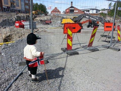 """Dette bildet vant 17. mai-fotokonkurransen i fjor. Bildet er tatt av Kine Berger, som skrev: """"Sønnen vår på 1 år og 9 mnd. Elsker gravemaskiner og traktorer. Så vi måtte si hipp hurra til de store gule, midt i sentrum."""""""
