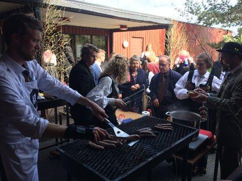 Stor suksess med salg av lokale gourmentpølser fra Ask gård og Leiv Vidar. Foto: Privat