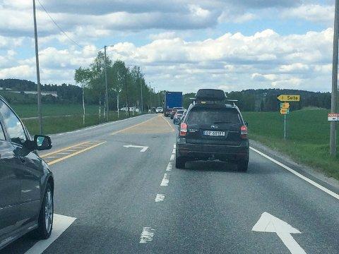 Trafikken sto stille på Steinssletta onsdag ettermiddag. (Leserfoto)