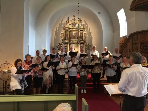 Hønefoss kirkekor under ledelse av Stein Sødal.
