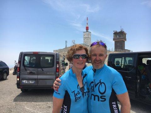 Første unnagjort: Her har Inger-Mari og Thomas Johannessen akkurat kommet til toppen av Mont Ventoux for første gang onsdag kveld.