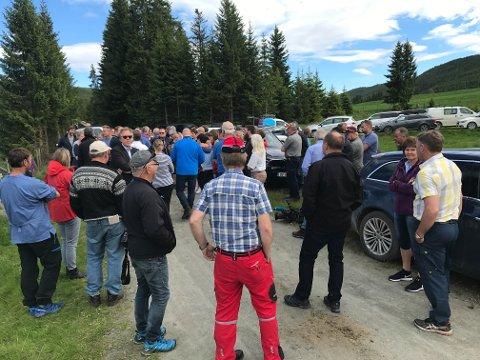 Svært mange bønder hadde møtt opp for å ta i mot landbruksministeren på Helgedalen.