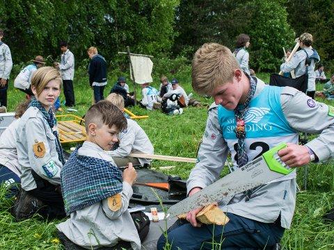 Pingvin under praktisk oppgave. Fra venstre: Mikkel (12), Sondre (11) og Andreas (15).