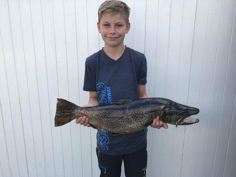 FEM KILO: Henrik Stenersen Gjestad (14) er stolt over ørreten han tok på Øyangen. Nå blir den liggende i fryseren til mammas bursdag.