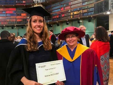 Kristine Bull Sletholt med beviset på at hun har vunnet Roger Lee Prize 2017 for beste bacheloroppgave. Professor og rektor Alison Blunt overrakte prisen.