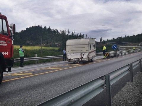 Riksvei 7 ble stengt etter at en bil med campingvogn fikk sleng.