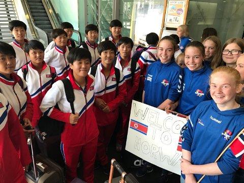 Fotballjentene fra Nord-Korea landet i Norge fredag. De ble tatt imot på Gardermoen av jevngamle jenter fra 14-årslaget til Bjerke IL fra Nannestad.