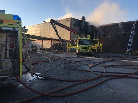 Brannvesenet hadde kontroll på brannen ved 06-tiden.