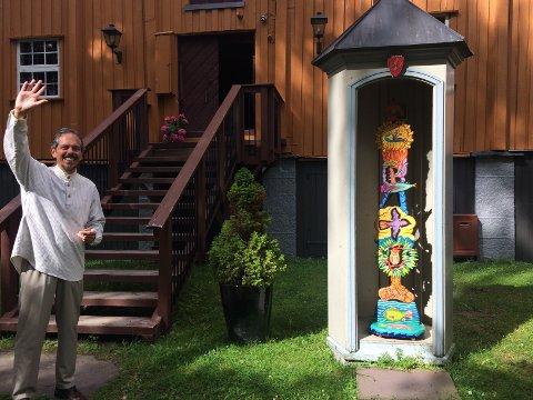 Gledelig gjensyn: Hole Art Center viser også denne sommeren Guillermo Silvas kunst, i år på Galleri Klevjer. Her hilser Silvas sønn, Juan Silva, velkommen til utstilling.