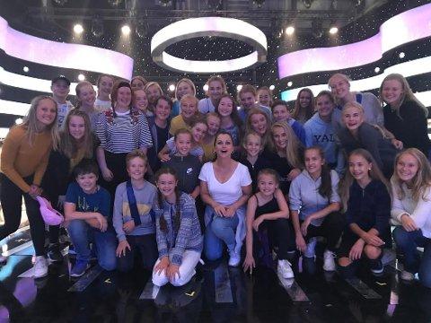 Elever fra Showskolen er med i denne helgens utgave av Stjernekamp sammen med elever fra Art Musicalskole på Røa.