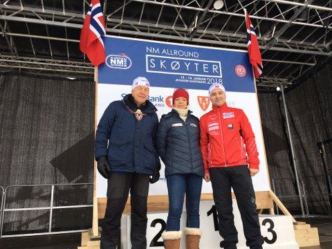 Ordføreren i Jevnaker, Lars Magnussen, åpnet allround-NM på skøyter sammen med skøytepresident Mona Adolfsen og stevnesjef Cato Berg.
