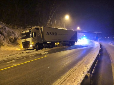 Kjørefeltet i retning Oslo er sperret etter at denne semitraileren havnet i grøfta på E16 mandag kveld. Det advares om svært glatte veier.
