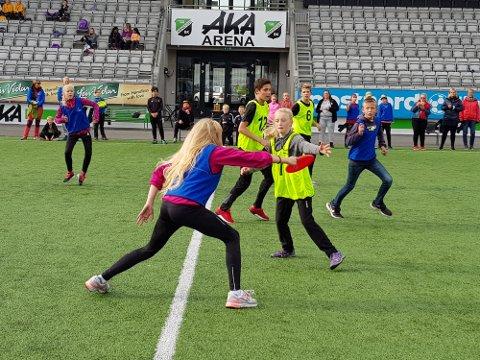 FINALEKAMPEN: Helgerud skole (i gult) møtte Ullerål skole (i blått) i finalekampen.
