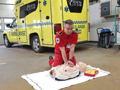 Hjertekompresjon: - Fortsett med hjertekompresjon til hjelpen kommer, sier ambulansetjenestens Håvard Larsen.