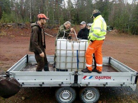 FRAKT: Ørreten ble fraktet i tanker fra anlegget ved Væleren og ned til Tyrifjorden.