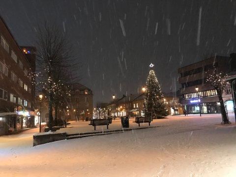 JULESTEMNING: Snøen sørger for skikkelig julestemning, og den kan bli liggende helt til jul.