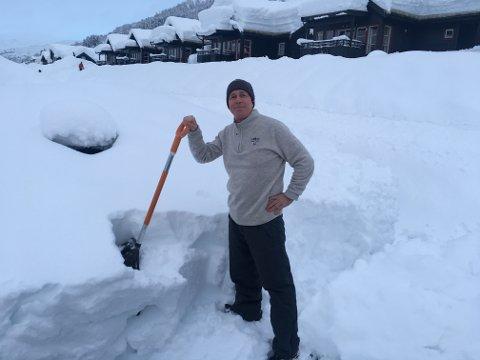 GODT RÅD: - Få vekk snøen fra tak og bygninger, råder Arne Voll, kommunikasjonssjef i Gjensidige.
