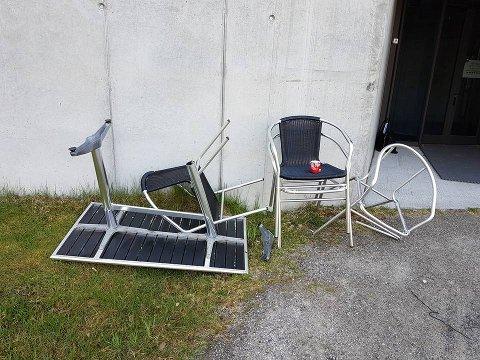 Stoler og bord er blitt ødelagt utenfor Veien kulturminnepark.