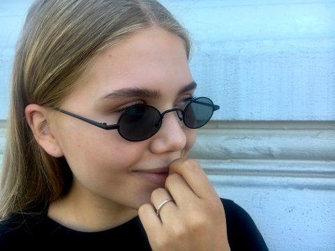 Er små solbriller heit eller teit? Eline avgir dommen.