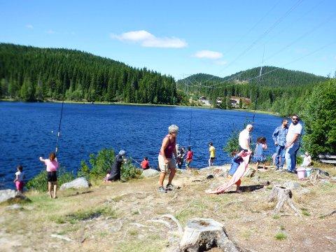 POPULÆRT: Det var flere ivrige fiskere på Tverrsjøen under Barnas fiskesommer i helgen.