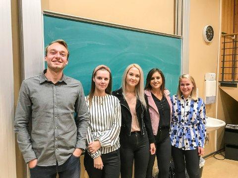 Første studenter: Sondre Strømsheim (til venstre), Martine Skretteberg, Camilla Paulsberg, Shushanna Safaryan og Kjersti Emilie Fjær kom tilbake til Campus Ringerike. Noen studenter var i jobb, og kunne ikke være til stede.