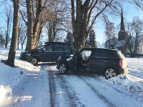 KOLLISJON: To biler kolliderte torsdag ettermiddag like ved Hole kirke. Én person er fraktet til medisinsk undersøkelse.