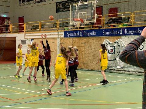 SKOLECUP: Skolecupen i basketball er i gang, og her er det jentene fra Helgerud som spiller mot Sokna.