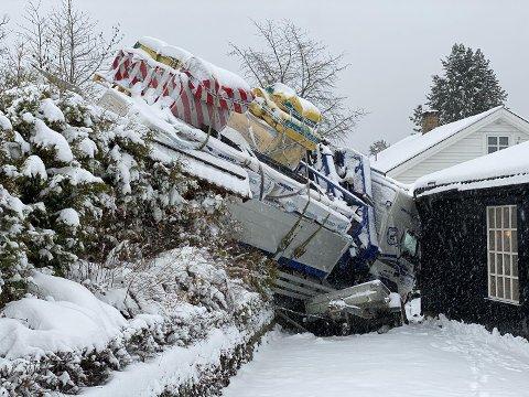 Inn i veggen: Sjåføren mistet kontrollen på lastebilen og dundret inn i husveggen.