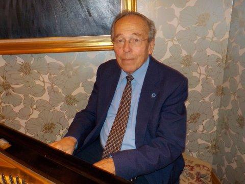 John Bråthen ledet allsangen på julefesten til Hole pensjonistforening.