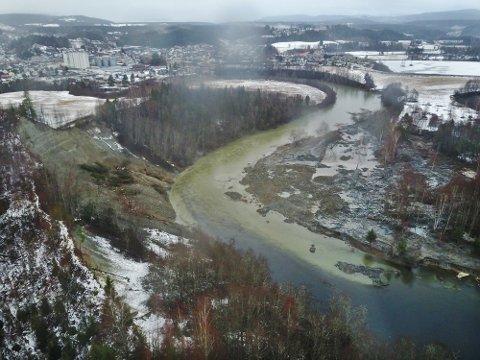 UTSLETTET: Store deler av Hovsenga ved Randselva er borte. Da raset i skråningen gikk, slo en flodbølge over turområdet.