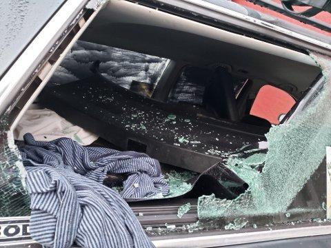 HELT KNUST: Slik så det ut i den ene av bilene som sto parkert i Høgåsveien på Hallingby.