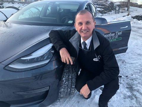 BEDRE ØKONOMI: – Lave avgifter på el-biler gjør dette mer lønnsomt enn å kjøpe tradisjonelle biler, sier Emir Ajdinovic.