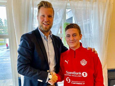 TAR OVER: Mads Kleiv (24) (høyre) er mannen som tar over det sportslige ansvaret i Jevnaker fotball. Her med styreleder Christian Bjerke.