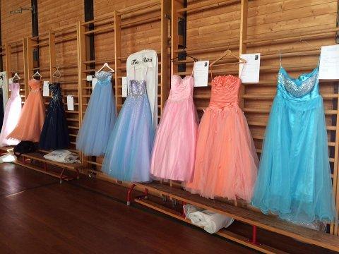 FLOTTE KREASJONER: Det er blitt vanlig med dyre kjoler og dresser på skoleball. Igjen satser Haugsbygd ungdomsskole på gjenbruk og bruktsalg.