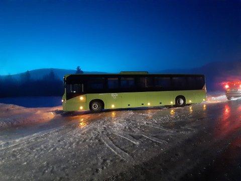 VANSKELIGE FORHOLD: Brakars skolebuss rute 244 stod et tidspunkt slik på Sokna. Det var speilglatt flere steder i distriktet onsdag morgen.