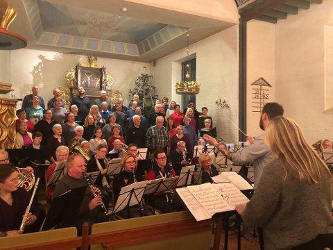 ØVER: Her øves det til julekonsert med to dirigenter og to korps som er slått sammen for anledningen. Ann Kristin Aaanerud og Eirik Plassen holder styr på hver sin fraksjon av  julemusikerne.